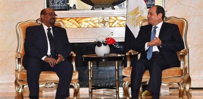 السيسي يلتقي البشير ويشيد بالتطور الإيجابي لعلاقات مصر والسودان