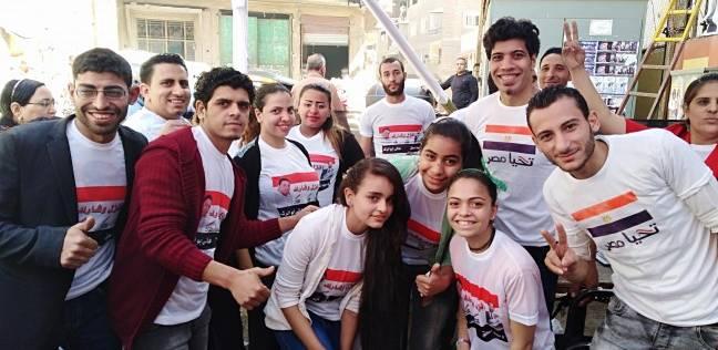 مجموعات شبابية تدل الناخبين على أماكن تصويتهم بلجان منشأة ناصر