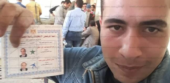 """أحمد انتخب السيسي مرتين ونفسه في """"سيلفي"""":  """"بحبه وعاوز اتصور معاه"""""""