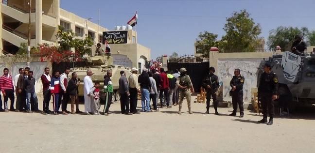 بالصور  أطفال الشيخ زويد يرفعون أعلام مصر أمام اللجان الانتخابية