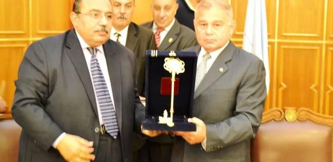 محافظ الإسكندرية وأعضاء هيئة التدريس يكرمون رئيس الجامعة