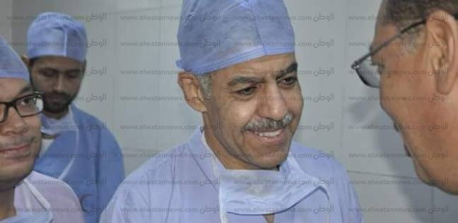 الطبيب عمرو فرجاني يجري عمليات جراحية لغير القادرين بمستشفى «القناة»