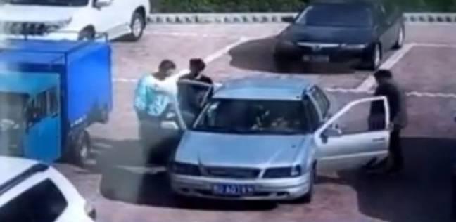 صيني يحاول إطفاء سيارة مشتعلة بالنفخ عليها
