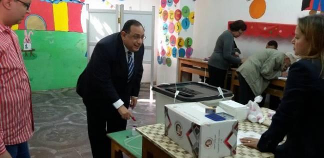 رئيس جامعة حلوان يدلي بصوته ويدعو المصريين للمشاركة بالانتخابات