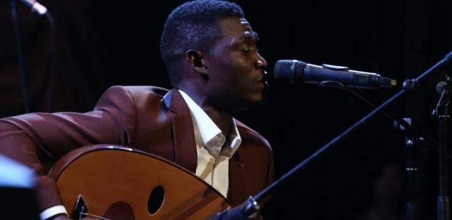 «شوقى» أثناء الغناء فى مسابقة «أوسكار الإبداع الأفريقى»