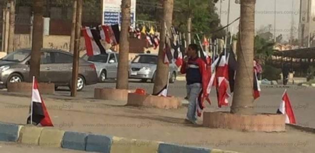 انتشار بائعي الأعلام بالإسماعيلية: الحمدلله على الرزق الممزوج بالوطنية