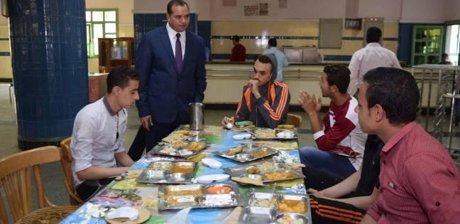 """رئيس جامعة سوهاج يتابع وجبة """"الغذاء"""" المقدمة لطلبة المدينة الجامعية"""