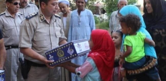 """""""أمن أسوان"""" يوزع سلع غذائية مجانا على المواطنين بمناسبة رمضان"""