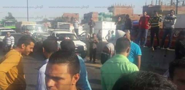 """أهالي """"الروضة"""" يقطعون طريق """"القاهرة- الإسكندرية"""" احتجاجا على حوادث سير"""