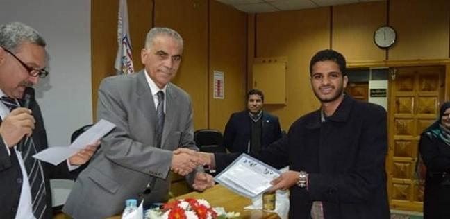 """""""أحمد"""" أبعده التنسيق عن دراسة العلوم وحصد جائزة لبحث علمي يخدم المجتمع"""