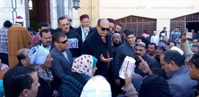 """""""أبو زيد"""" يحل مشاكل المواطنين أمام المسجد الكبير بمدينة مرسى مطروح"""
