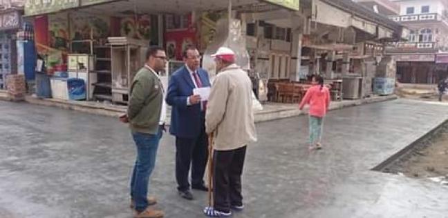 بالصور| رئيس مدينة رأس البر يتابع أعمال الرصف بشارع 13