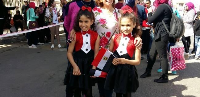"""بـ""""فستان مصر"""".. """"فاطمة"""" و""""فينان"""" صغيرتان على التصويت: السيسي زعيم طيب"""