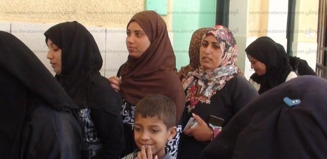 نساء يصطففن أمام مدرسة في بولاق للمشاركة في الاستفتاء