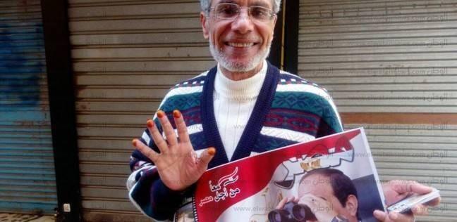 """مسن يدلي بصوته في الإسكندرية: """"انتخبتك بالخمسة يا سيسي"""""""