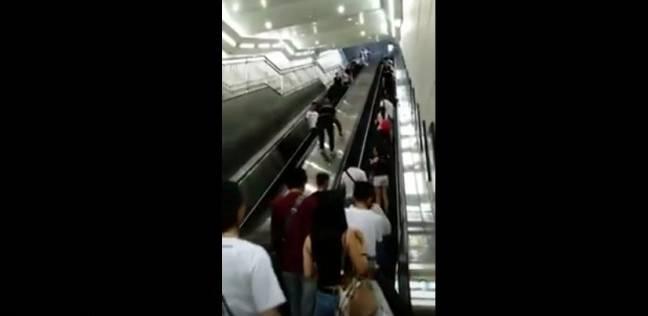 مقطع فيديو أغرب طريقة لصعود السلالم المتحركة في الصين