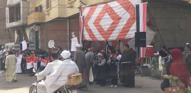 """طالبات """"الراهبات"""" يغنين أمام اللجان بقنا لحث المواطنين على التصويت"""
