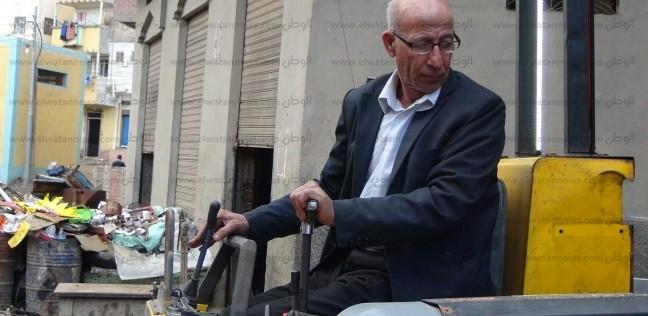بالصور| برلماني سابق يصنع آلة لزرع أعمدة الطاقة الشمسية: مطمئن لجودتها