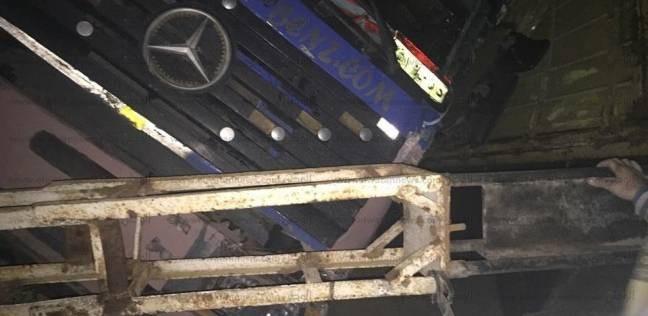 تصادم سيارتي نقل وانقلاب إحداهما بحمولتها على مزلقان قطار بالدقهلية