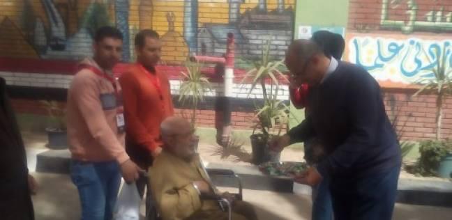 مدير مدرسة طلعت حرب بالمحلة يوزع الحلوى على كبار السن في الانتخابات