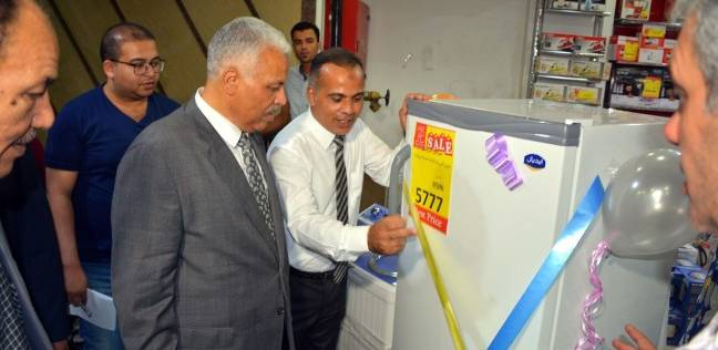 السكرتير العام يفتتح معرض منتجات العيد بحي غرب شبرا الخيمة