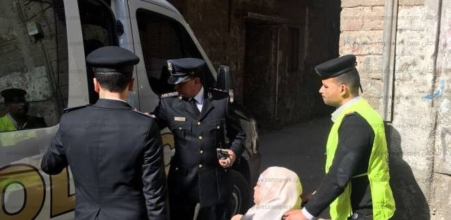 بالصور| سيارة شرطة تنقل مُسنة تعاني من عجز بالقدمين إلى لجنتها بشبرا