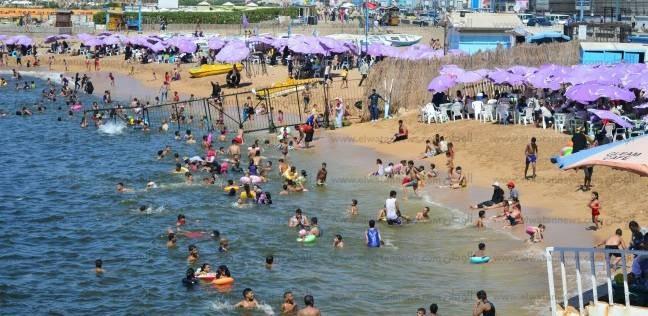 بالصور  إقبال متوسط على شواطئ الإسكندرية في أول وثاني عيد الأضحى