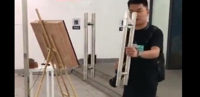 صيني أراد فتح الباب فلم يجده