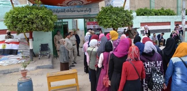 السيدات يتوافدن على لجان العياط وأطفيح للمشاركة في الاستفتاء