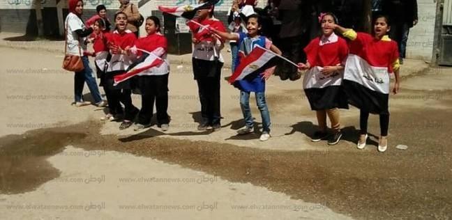 """تلاميذ مدرسة بالبحيرة يؤدون نشيد """"قالوا إيه"""" أمام لجنة انتخابية"""
