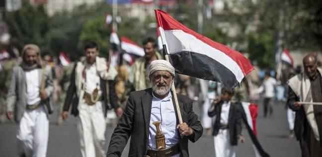محتجون يقطعون الشوارع بمدينة سيئون اليمنية احتجاجا على انهيار العملة