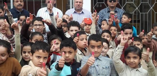 تلاميذ بالحبر الفسفوري بالدقهلية في صورة تذكارية بمدرستهم