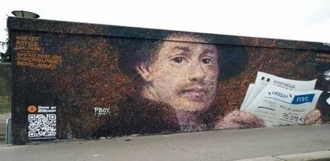 فنان شوارع يلجأ إلى طريقة مبتكرة لجني المال من لوحاته