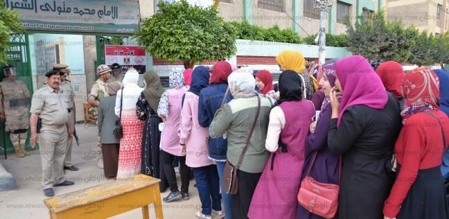 تزايد إقبال المواطنين وطوابير أمام لجان الاستفتاء في الدقهلية