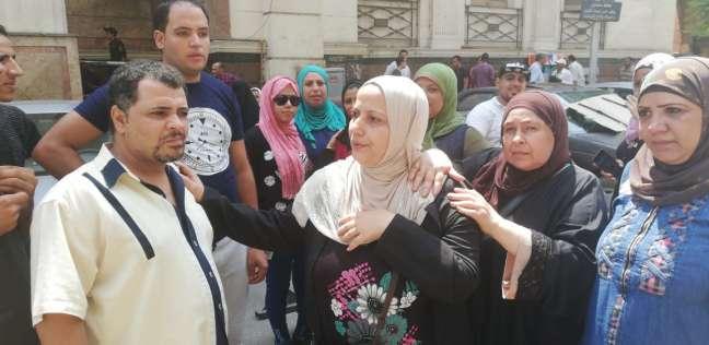 بالصور| تجمع أهل الشاب زين ضحية بولاق الدكرور أمام المحكمة