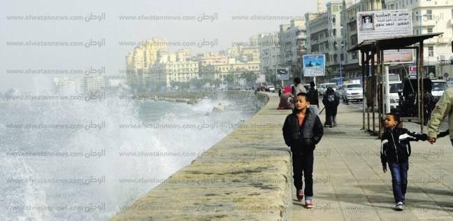 """""""الصرف الصحي"""" يدفع بـ30 سيارة لسحب المياه وتنظيف مصبات كورنيش الإسكندرية"""