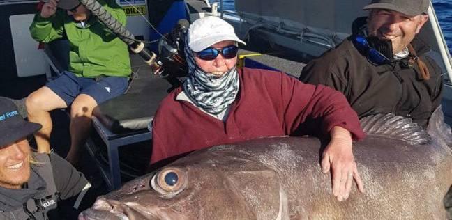 سيدة بريطانية تصطاد سمكة أكبر من حجمها
