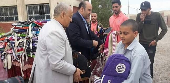 توزيع شنط مدرسية بسفاجا تحوي أدوات وكتيبات توعية ضد مرض السرطان