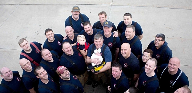 """فرقة إطفاء """"سوانزي"""" الأمريكية مع الطفلة الوليدة لزميلهم المتوفي"""