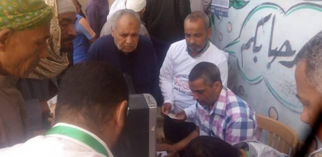 """""""الشباب"""" بأجهزة كمبيوتر أمام لجان الوادي الجديد للتسهيل على الناخبين"""