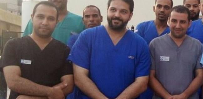 """أحمد حفني جراح متطوع بالعريش وكرمته وزيرة الصحة: """"هكمل لآخر وقت"""""""