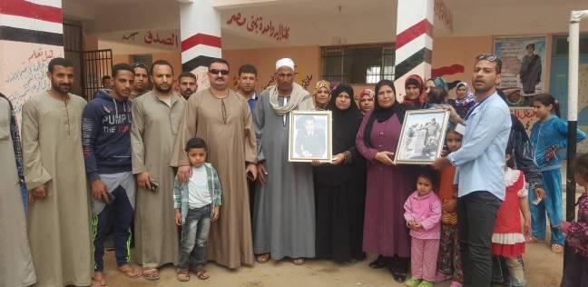 والدا شهيد يصوتان داخل مدرسة تحمل اسم نجلهما ببني سويف