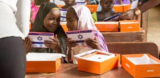 «الذئب أصبح راعيا».. إسرائيل توزع 70 تابلت على نازحين أفارقة