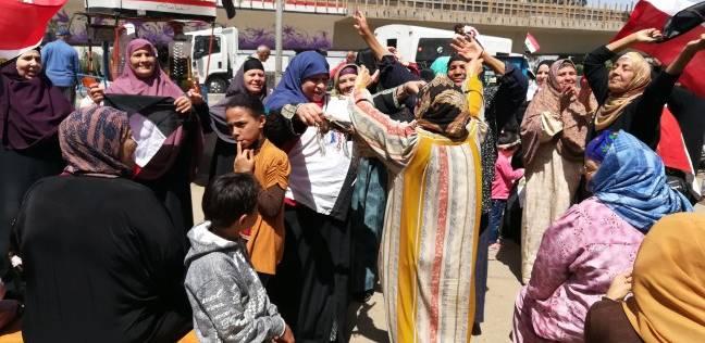 """سيدات يرقصن على """"تسلم الأيادي"""" أمام لجان """"منية سندوب"""" بالدقهلية"""