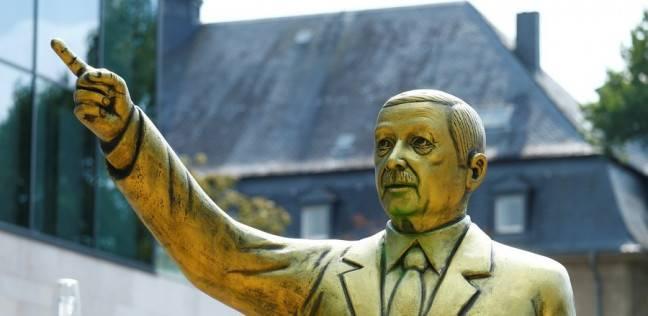 """تمثال ذهبي """"استفزازي"""" لأردوغان في ألمانيا.. ومعارضون يواجهونه بالسباب"""