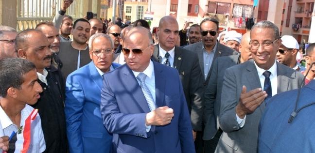 """محافظ القاهرة يجري حوارا مع المصوتين في لجان الاستفتاء بـ""""الأسمرات"""""""