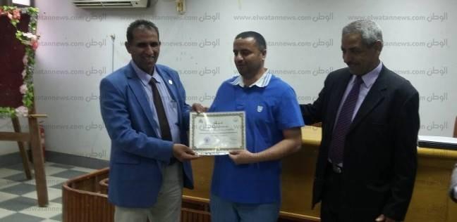 """رئيس جامعة أسوان يوزع شهادات التقدير في ختام دورة """"المعلم الجامعي"""""""