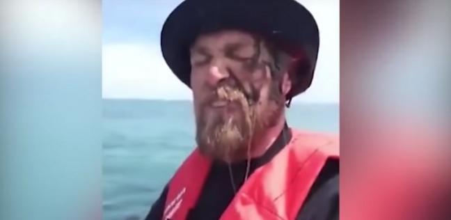 حبّار ينتقم من صياد سمك على طريقته