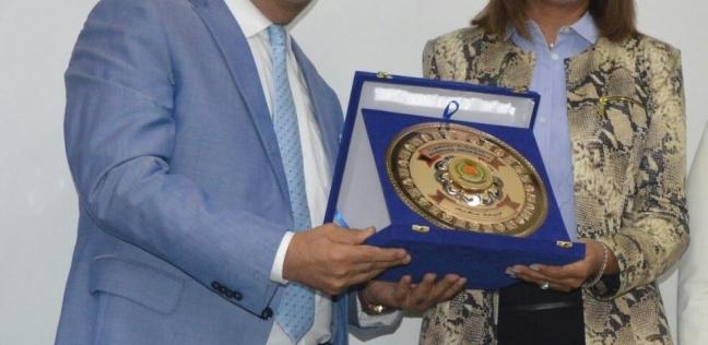 رئيس جامعة المنصورة يهدي درع الجامعة لوزيرة الهجرة