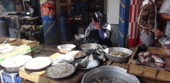 نقص المعروض يرفع أسعار الأسماك.. ومواطنون: «خلّيها تعفّن»